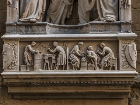 nanni-di-banco-quatre-saints-couronnes-statue-marbre-tabernacle-guilde-tailleurs-pierre-menuisiers-orsanmichele-florence-italie-06.jpg
