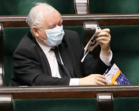 Screenshot_2020-04-17 Kaczyński zaprezentował w Sejmie niecodzienny prezent Takiej maseczki nie ma nikt inny WTV.png