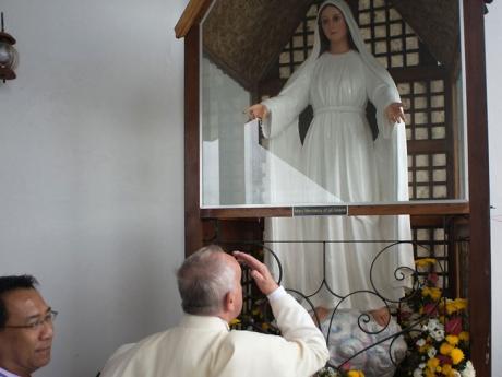 17-janvier-2015-Le-pape-Francois-recueille-devant-statue-representant-Vierge-Marie-solidarite-avec-population-durement-eprouvee-typhon-Yolanda-Haiyan-novembre-2013_0_730_547.jpg