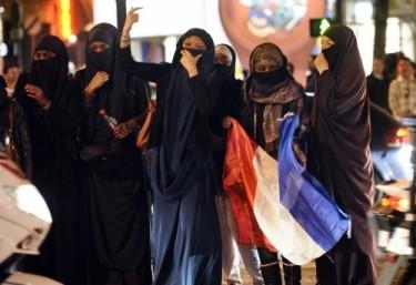 Femmes intégristes voilées sur les Champs-Elysées
