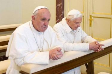 Papa-Francesco-e-Benedetto-XVI-in-preghiera.jpg