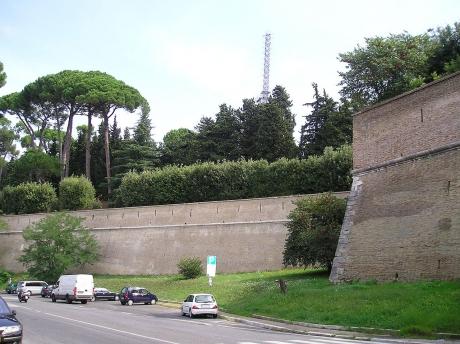 1280px-Vaticane_mura_2.jpg