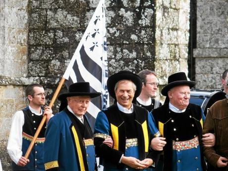 vincent-bollore-au-centre-en-costume-breton-entoure-de_3299349.jpg