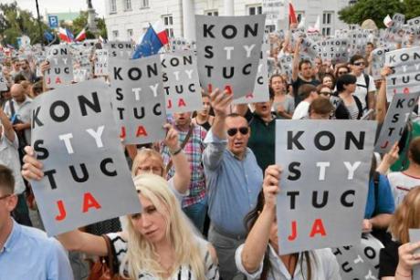 Screenshot_2018-10-23 Jak powstał plakat protestu 'Konstytucja' .png