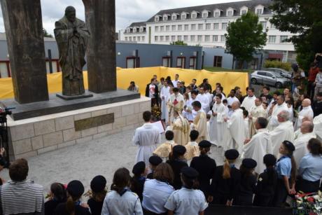 Screenshot-2018-6-19 Ploërmel Messe inaugurale pour la statue de Jean-Paul II - Les Infos du Pays Gallo.png